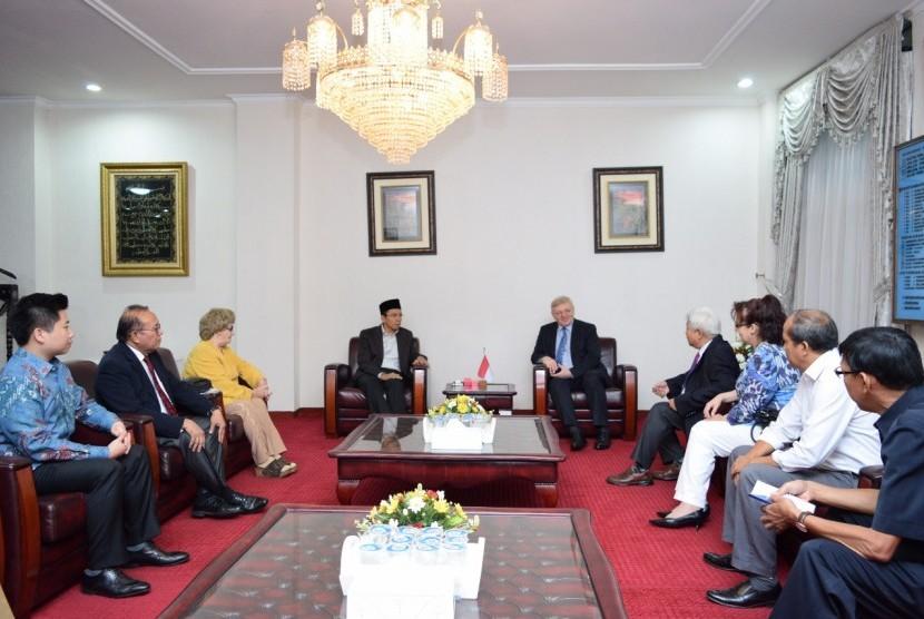 Perwakilan The Federation Russian and CIS, Alexsei Deriabin, mempresentasikan keinginannya berinvestasi untuk membangun kilang minyak di kawasan Global Hub, Bandar Kayangan, Lombok, kepada Gubernur NTB TGH Muhammad Zainul Majdi.