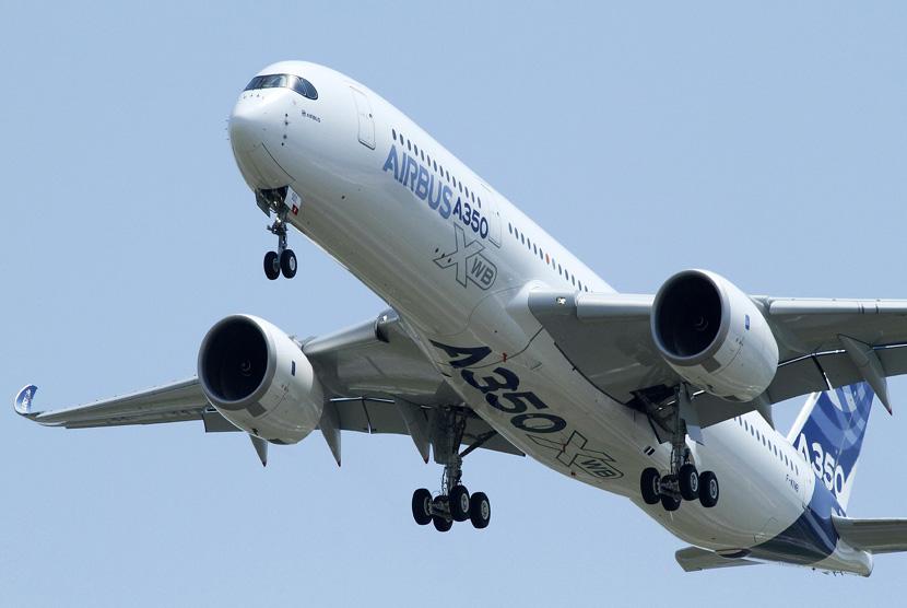 Pesawat Airbus terbaru A350 terbang di atas bandara Toulouse-Blagnac selama penerbangan perdananya di Perancis, Jumat (14/6).     (Reuters/Jean-Philippe Arles)