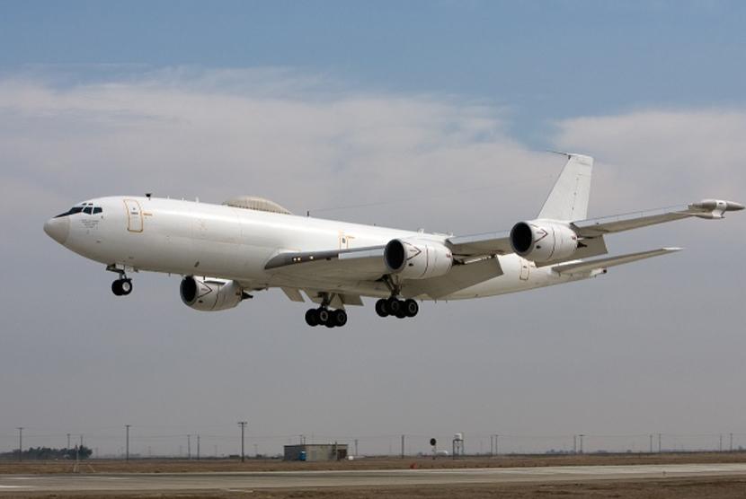 Pesawat berwarna putih.