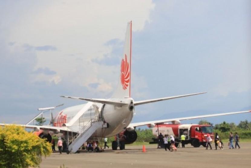 Pesawat Boeing 737-800 dengan nomor penerbangan JT891 Lion Air tergelincir saat mendarat di Bandara Djalaludin Tantu Gorontalo, Sabtu (8/12).