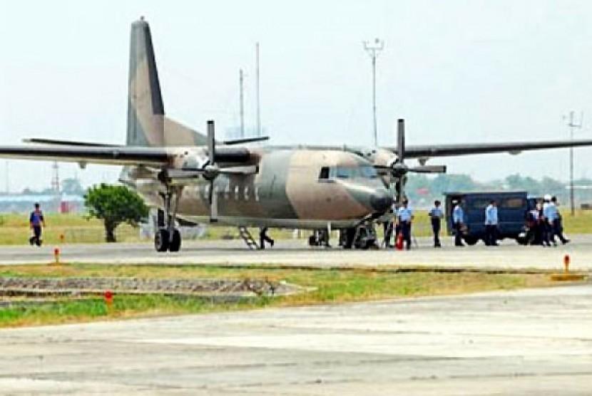 Pesawat Fokker 27 jatuh menimpa rumah warga di kompleks perumahan Rajawali, Kelurahan Halim, Jakarta Timur, Kamis (21/6).