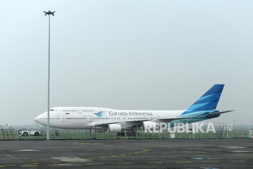 Pesawat Garuda Indonesia menunggu jadwal perawatan dan perubahan konfigurasi kursi penumpang di Hanggar Garuda Maintenance Facility (GMF) Bandara Soekarno Hatta, Banten, Ahad (23/7).