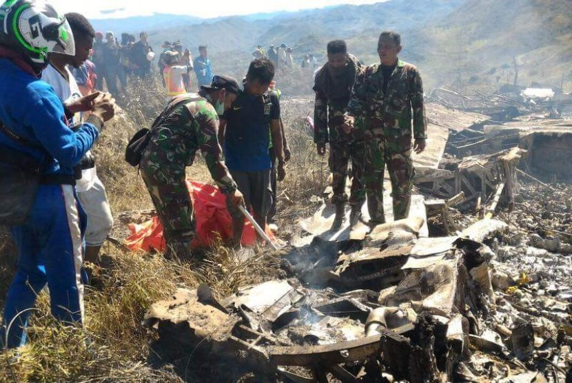 Pesawat  Hercules C 130 dengan kode penerbangan A-1334 yang jatuh di sekitar Gunung Lisuwa, Distrik Minimo, Kabupaten Jayawijaya, Provinsi Papua. Ahad (18/12)..