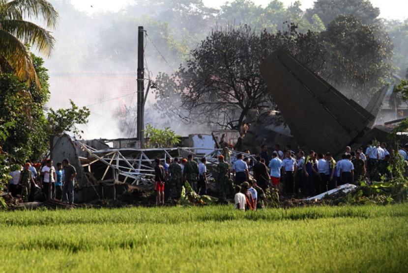 PESAWAT JATUH. Pesawat Fokker 27 jatuh di sekitar kompleks perumahan Halim Perdanakusuma, Jakarta, Kamis (21/6). Kepala Dinas Penerangan TNI Angkatan Udara Marsekal Pertama Azman Yunus mengatakan, enam dari tujuh penumpang pesawat Fokker 27 bernomor regis