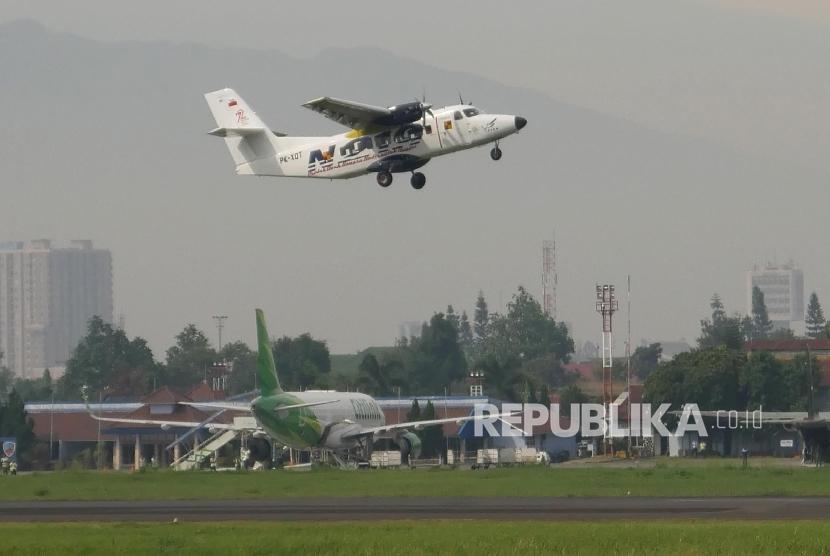 Pesawat N219 berhasil mengudara pada Flight Test di landasan pacu Bandara Husain Sastranegara, Kota Bandung, Rabu (16/8).