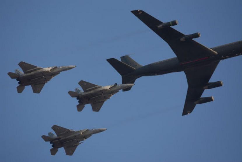 Pesawat tempur AU Israel mengisi bahan bakar di udara.