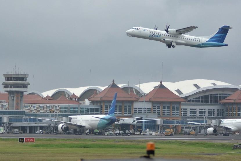 Pesawat udara lepas landas di Bandara Internasional I Gusti Ngurah Rai, Bali, Selasa (13/6). Pengelola Bandara I Gusti Ngurah Rai menerima 369 penerbangan tambahan dengan total kapasitas 66.366 tempat duduk yang diajukan Citilink, Garuda Indonesia, NAM Air, Sriwijaya, Wings, dan Lion Air untuk melayani penumpang selama masa angkutan Lebaran 2017.