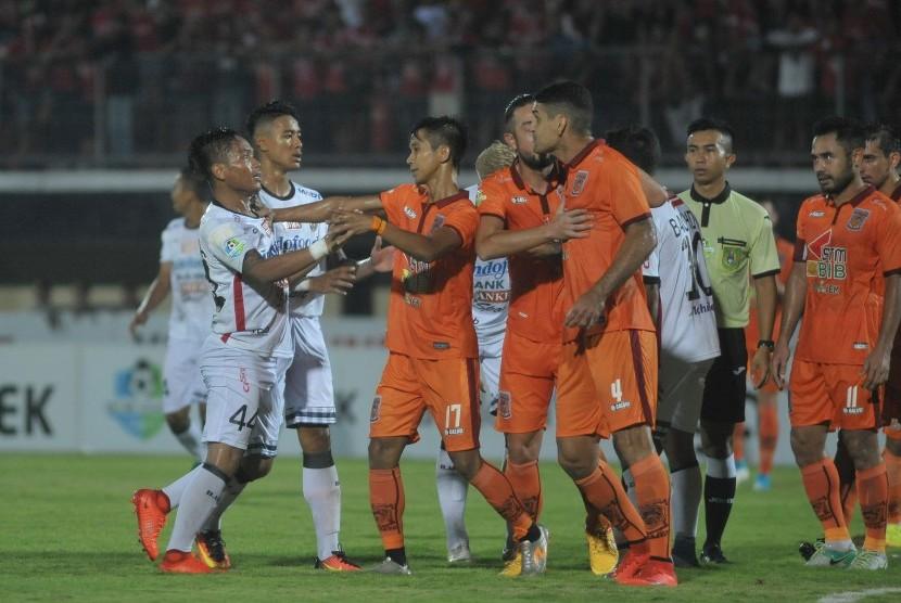 Para pemain Pusamania Borneo FC (kostum oranye) dalam pertandingan Liga 1 melawan Bali United di Stadion I Wayan Dipta, Gianyar, Bali, Ahad (14/5). Borneo FC akan melawan Persib Bandung besok di Stadion GBLA, Bandung.