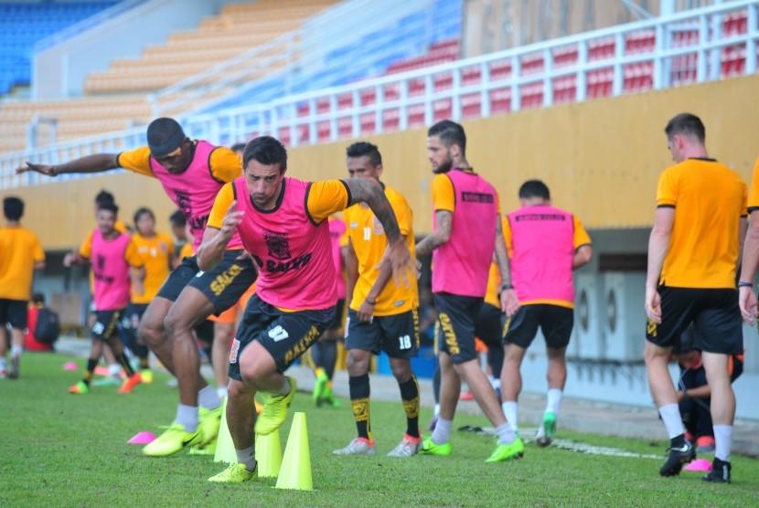 Pesepak bola Borneo FC melakukan pemanasan pada uji coba lapangan di Stadion Gelora Sriwijaya Jakabaring Palembang, Sumatra Selatan, Jumat (21/4).