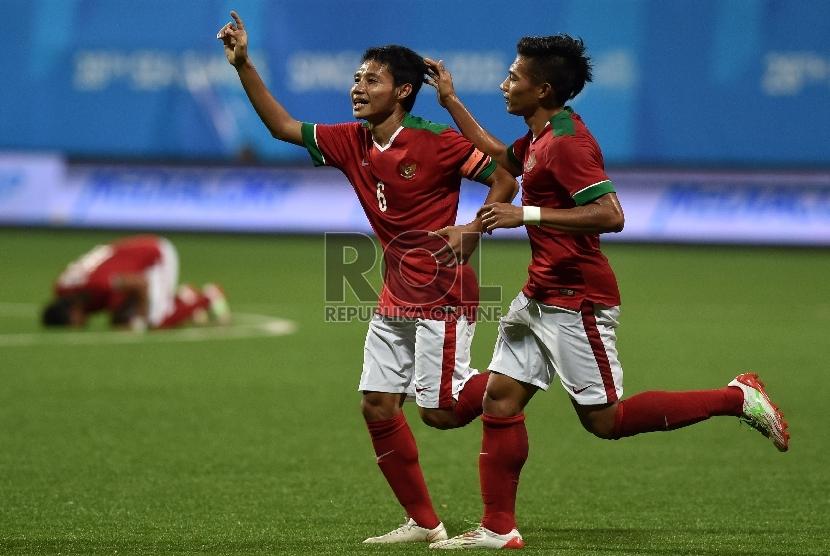 Pesepak bola Indonesia Evan Dimas (kiri) melakukan selebrasi usai menjebol gawang Filipina dalam pertandingan putaran I Sepak Bola SEA Games ke-28, di Stadion Jalan Besar, Singapura, Selasa (9/6).(Antara/Wahyu Putro)