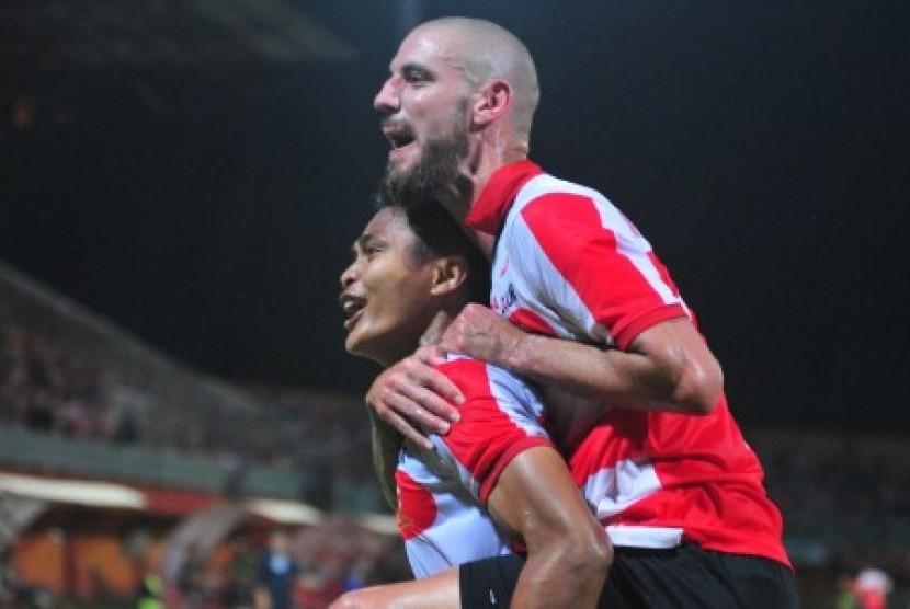 Pesepak bola Madura United (MU) Fachrudin W Aryanto (kiri) bersama Dane Milovanovic (kanan) melakukan selebrasi usai mencetak gol ke gawang Pusamania Borneo FC (PBFC) dalam lanjutan kompetisi Gojek Traveloka Liga 1 di Stadion Gelora Ratu Pamelingan (SGRP) Pamekasan, Jawa Timur, Jumat (13/10) malam. Pertandingan berakhir imbang 1-1.