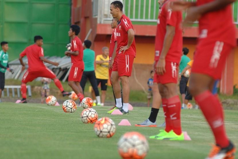 Pesepak bola Madura United (MU) FC mengikuti latihan menjelang melawan Bali United di Stadion Gelora Ratu Pamelingan (SGRP), Pamekasan, Jawa Timur, Jumat (14/4).