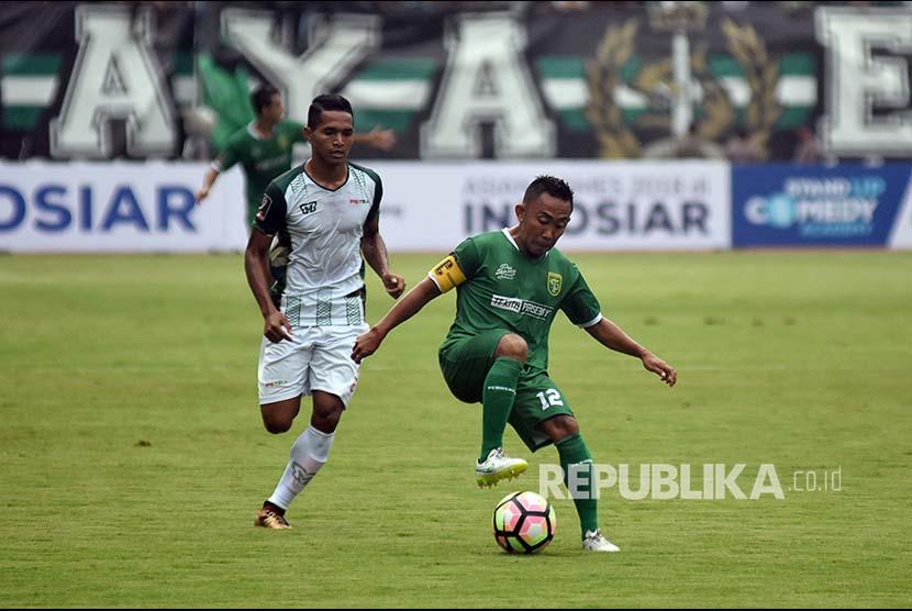 Pesepak bola Persebaya Surabaya Rendi Irwan (kanan) melewati hadangan pesepak bola PS TNI Muhammad Abduh Lestaluhu (kiri) dalam pertandingan Piala Presiden 2018, di Gelora Bung Tomo (GBT), Surabaya, Jawa Timur, Kamis (18/1).