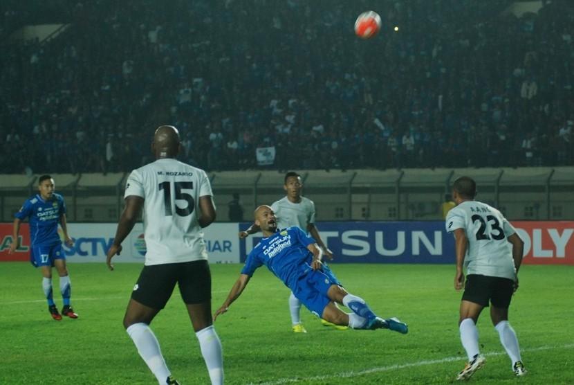 Pesepak bola Persib Bandung Sergio van Dijk (tengah) menyundul bola dengan kawalan tiga pesepak bola Persela Lamongan pada laga Grup C Piala Presiden 2017 di Stadion Si Jalak Harupat Soreang, Kabupaten Bandung, Jawa Barat, Jumat (17/2).