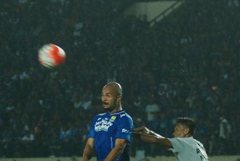 Pesepak bola Persib Bandung Sergio van Dijk (kiri) menyundul bola dengan kawalan dua pesepak bola Persela Lamongan, Eky Taufik pada laga Grup C Piala Presiden 2017 di Stadion Si Jalak Harupat Soreang, Kabupaten Bandung, Jawa Barat, Jumat (17/2).