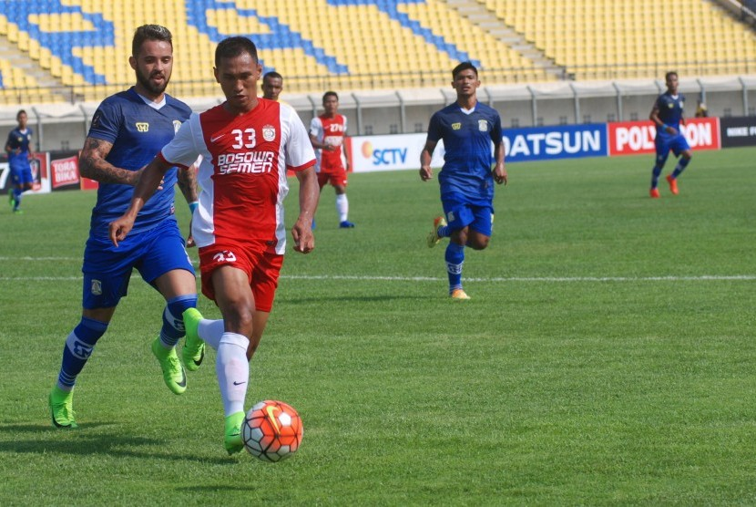 Pesepak bola Persiba Balikpapan Marlon Da Silva De Moura (kiri) berusaha merebut bola dari pesepak bola PSM Makassar Zulkifli Syukur (kedua kiri) pada laga lanjutan Grup C Piala Presiden 2017 di Stadion Si Jalak Harupat Soreang, Kabupaten Bandung, Jawa Bar