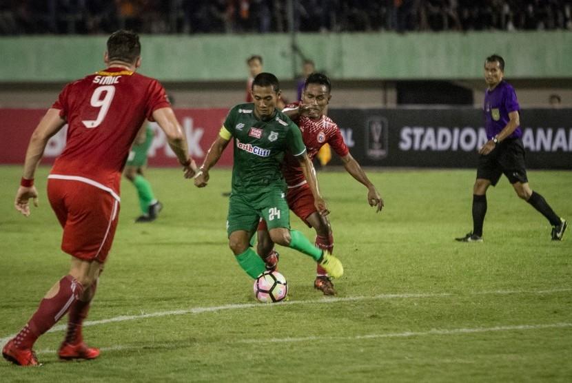 Pesepak bola PSMS Medan Legimin Raharjo (kiri) berusaha melewati pesepak bola Persija Jakarta Ramdani Lestaluhu (kanan) pada pertandingan semifinal Leg I Piala Presiden 2018 di Stadion Manahan, Solo, Jawa Tengah, Sabtu (10/2).