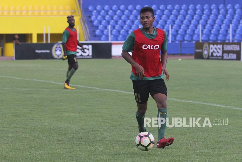 Pesepak bola Sriwijaya FC Zulfiandi (kanan) yang merupakan pemain Timnas U19 Indonesia mengikuti latihan perdana bersama Sriwijaya FC di Stadion Madya Bumi Sriwijaya Palembang, Sumatera Selatan, Senin (4/12).
