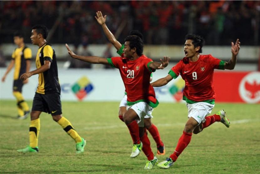 Pesepak bola tim nasional U19 Indonesia, Ilham Udin Armaiyn (tengah), meluapkan kegembiraan usai mencetak gol ke gawang timnas Malaysia dalam pertandingan babak kualifikasi Grup B AFF U19 Championship 2013 di Gelora Delta Sidoarjo, Jawa Timur, Rabu (18/9)