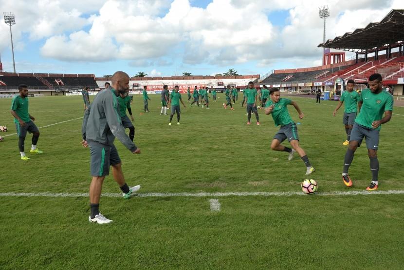 Pesepak bola Timnas U-22 berlatih memainkan bola saat pemusatan latihan di Stadion Kapten Dipta, Gianyar, Bali, Kamis (6/7).