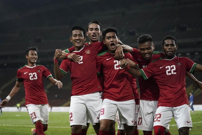Pesepak bola Timnas U-22 Septian David Maulana (ketiga kanan) bersama rekan-rekan satu tim melakukan selebrasi seusai membobol gawang Timnas Filipina U-22 pada babak penyisihan Grup B SEA Games XXIX di Stadion Shah Alam, Selangor, Malaysia, Kamis (17/8).