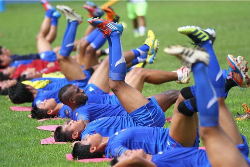Pesepakbola Arema Indonesia Cronous menggelar latihan jelang laga Indonesia Super Leagus (ISL).