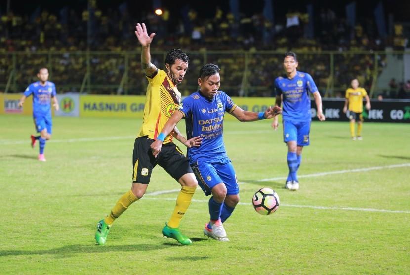Pesepakbola Barito Putera Thiago Cunha (kedua kiri) berusaha merebut bola bola dari pemain Persib dalam lanjutan kompetisi Liga 1 di Stadion 17 Mei Banjarmasin, Ahad (18/6).