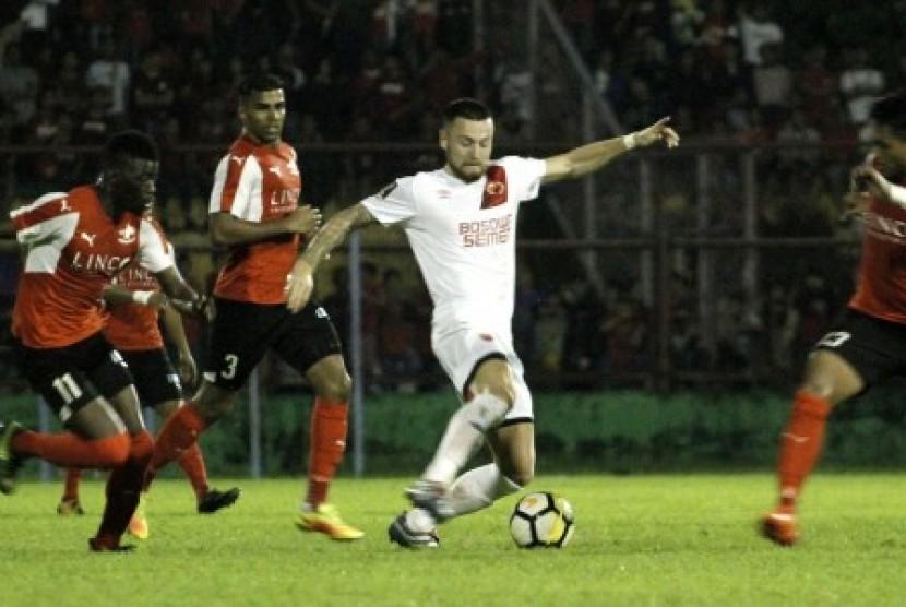 Pesepakbola bola PSM Makassar Marc Anthony Klok (dua kanan) berusaha melewati pesepakbola Home United Singapura Camara Sirina (kiri), Mohd Izzdin Shafiq (kanan), dan Annmanthan Mohan K (dua kiri), dalam laga PSM Super Asia Cup 2018 di Stadion Andi Mattalatta, Makassar, Sulawesi Selatan, Jumat (19/1) malam. PSM Makassar menang melawan Home United Singapura dengan skor 4-0 (2-0).