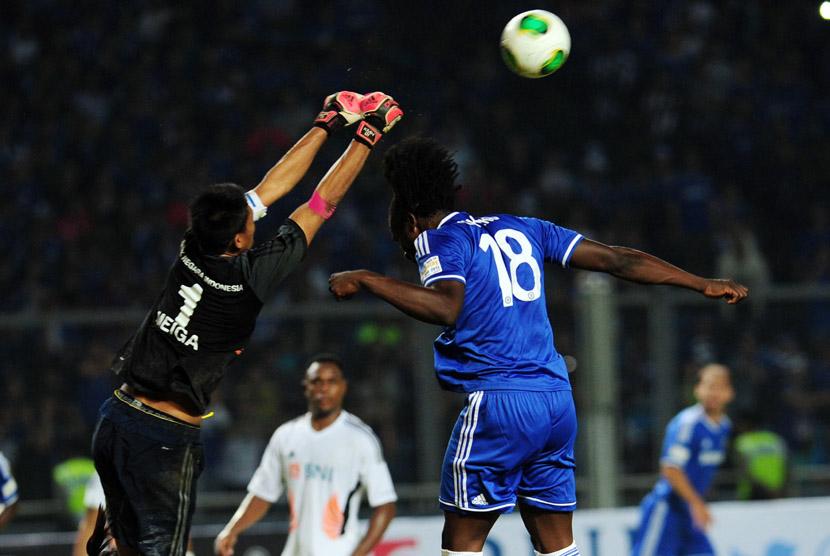 Pesepakbola Chelsea Romelu Lukaku (kanan) berebut bola dengan penjaga gawang Kurnia Meiga pada pertandingan persahabatan di Stadion Utama Gelora Bung Karno, Jakarta, Kamis (25/7).  (Republika/Edwin Dwi Putranto)