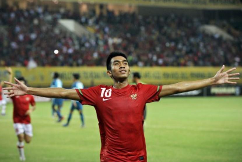 Pesepakbola Indonesia Agung Supriyanto merayakan gol hasil tendangan penalti dalam pertandingan babak kualifikasi grup E Piala Asia (AFC) U-22 melawan Tim Nasional Singapura di Stadion Utama Riau, Pekanbaru, Riau, Ahad (15/7) malam.