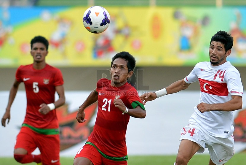Pesepakbola Indonesia Andik Vermansyah berusaha mengontrol bola saat berlaga pada semi final sepak bola Islamic Solidarity Games (ISG) III di Stadion Gelora Sriwijaya Jakabaring, Palembang, Sumsel, Jumat (27/9).  (Republika/Prayogi)