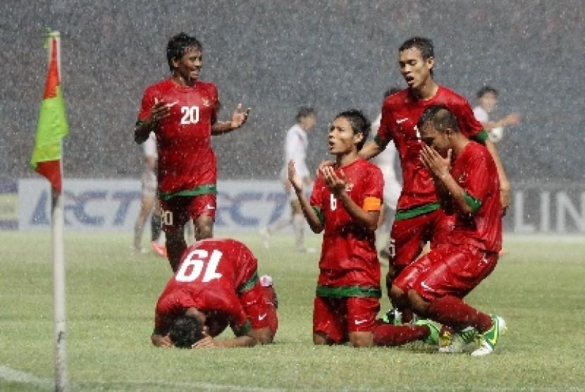Pesepakbola Indonesia Evan Dimas melakukan selebrasi usai mencetak gol ke gawang Korea Selatan dalam laga kualifikasi group G AFC U-19 di Gelora Bung Karno, Senayan, Jakarta, Sabtu (12/10).