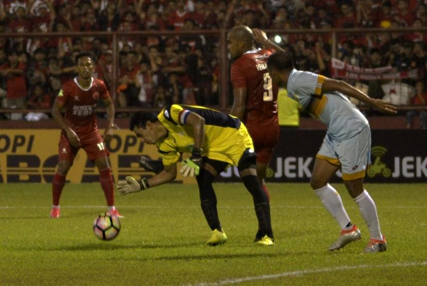 Pesepakbola PSM Makassar Reinaldo Do Santos (dua kanan) berebut bola dengan penjaga gawang Persela Lamongan Chairul Huda (dua kiri) pada laga Gojek Traveloka Liga 1 di Stadion Andi Mattalatta, Makassar, Sulawesi Selatan, Ahad (16/4).