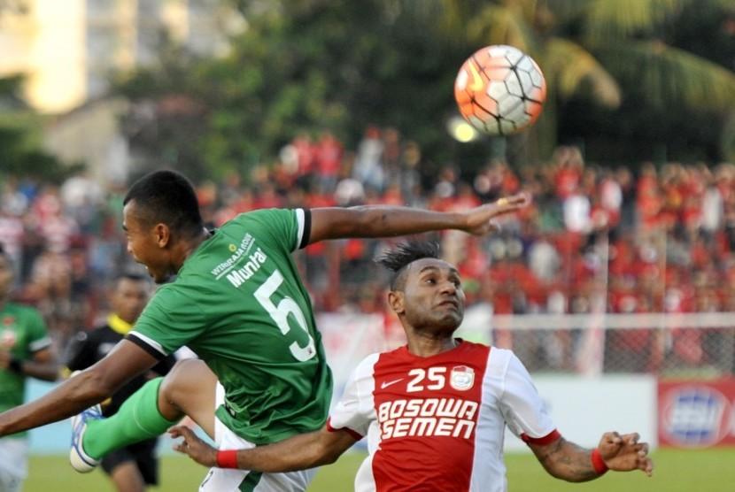 Pesepakbola PSM Makassar Titus Bonai (kanan).