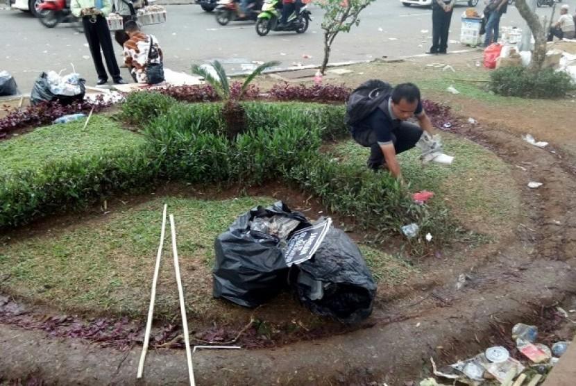Peserta aksi 299 memunguti sampah sebelum membubarkan diri