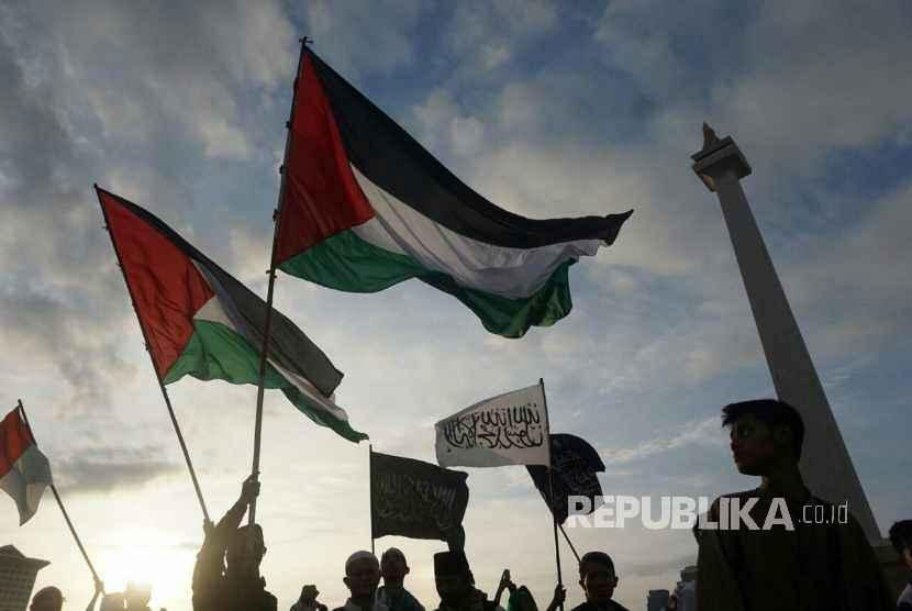 Peserta aksi bela Palestina memadati kawasan Lapangan Monas, Jakarta, Ahad (17/12).