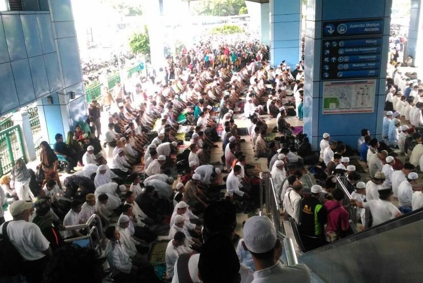Peserta Aksi Damai 2 Desember Shalat Jumat di Stasiun Juanda, Jakarta, Jumat (2/12).