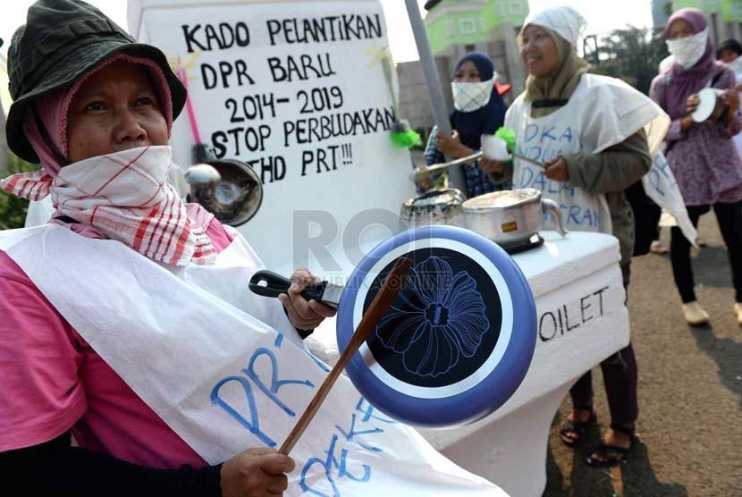Peserta aksi dari Komite Aksi Perlindungan Pekerja Rumah Tangga dan Buruh Migran menggelar unjuk rasa / Ilustrasi  (Republika/ Wihdan).