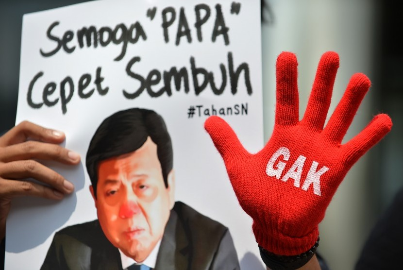 Participants of the Anti-Corruption Civil Society Coalition carried a poster of House Speaker Setya Novanto in a demonstration in front of KPK Building, Jakarta, Thursday (September 14).