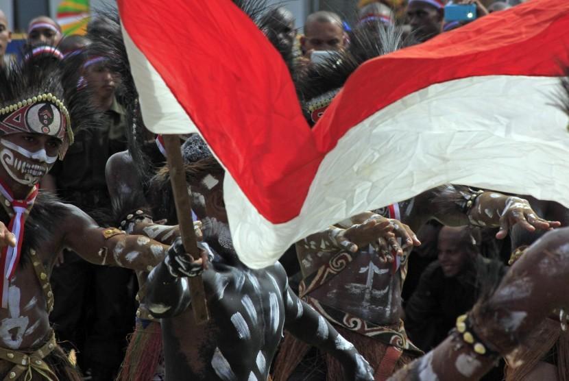 Peserta Apel Gelar Kekuatan Nusantara mengibarkan bendera merah putih di lapangan Hokky Kota Sorong Papua Barat, Rabu (30/11).