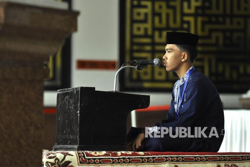 Peserta membaca Quran saat mengikuti Seleksi Tilawatil Quran (Ilustrasi)