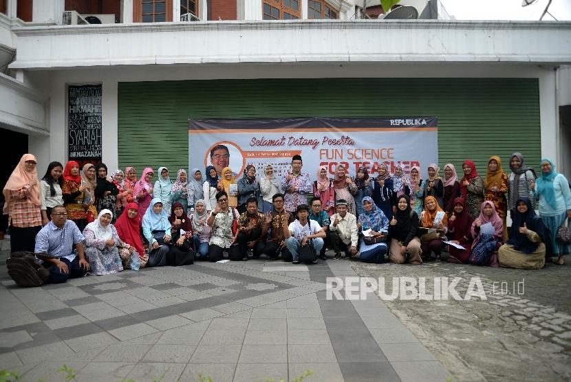 Peserta berfoto bersama mengikuti kegiatan Fun Science For Teacher di Kantor Republika, Jakarta, Sabtu (20/5)