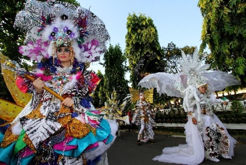 Peserta Jember Fashion Carnaval menari ketika pawai Karnaval Wayang Internasional di TMII, Jakarta