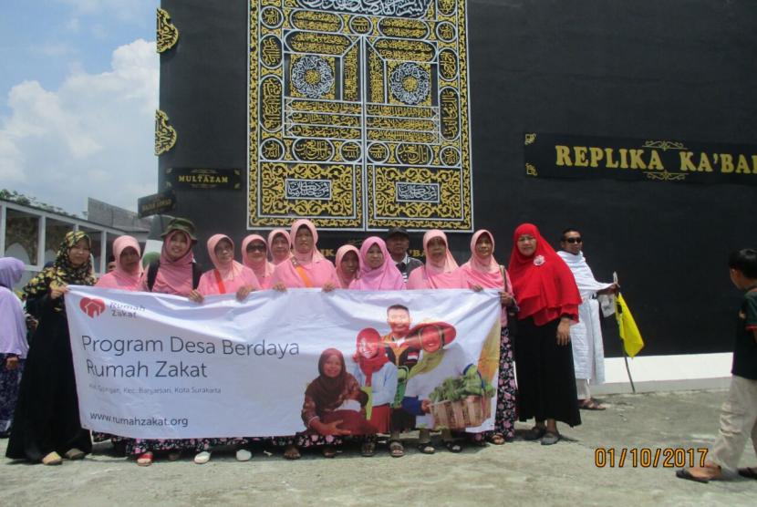 Peserta kegiatan Wisata Religi adalah anggota Majelis Taklim Al Hikmah bersama keluarga.
