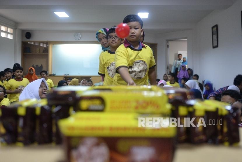 Peserta melakukan eksperimen permainan edukasi saat Fun Science Republika di Kantor Republika, Jakarta, Sabtu (3/12).