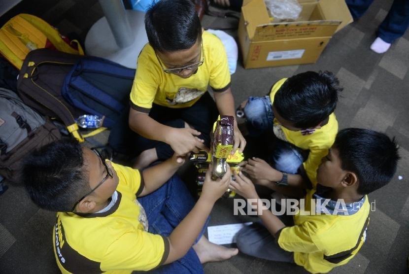 Peserta melakukan eksperimen permainan edukasi saat Fun Science Republika di Kantor Republika, Jakarta, Sabtu (3/12)