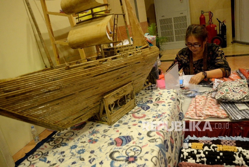 Peserta pameran Ekonomi Kreatif Rusunawa Jakarta (E-Kerja) mendata barang ketika mengikuti pameran di Gedung Blok G, Balaikota Jakarta, Rabu (26/4).