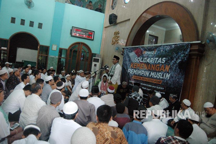 Peserta solidaritas Kemenangan Pemimpin Muslim mendengarkan tausiyah di masjid Jogokaryan, Yogyakarta (Ilustrasi)