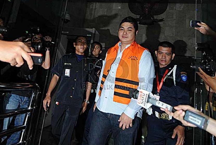Petinggi PT KOPL. Simon Gunawan Tanjaya Tersangka dugaan suap kepada Kepala Satuan Kerja Khusus Pelaksana Kegiatan Usaha Hulu Minyak dan Gas (SKK Migas) Rudi Rubiandini usai diperiksa di Gedung KPK, Jakarta, Rabu (14/8).