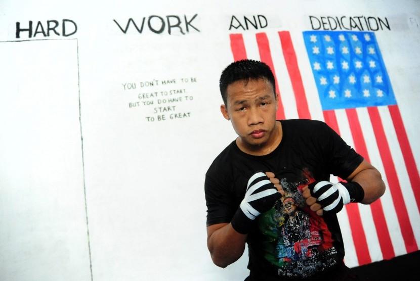 Petinju Daud Yordan berpose usai menjalani latihan di Sasana Daud Yordan Boxing Club di Kecamatan Sukadana, Kabupaten Kayong Utara, Kalbar, Senin (17/10).